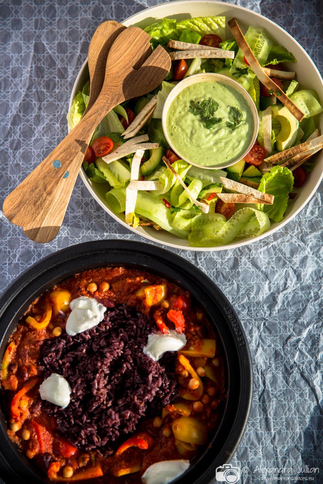 Chilli végétarien, salade de tortillas croquantes et avocat